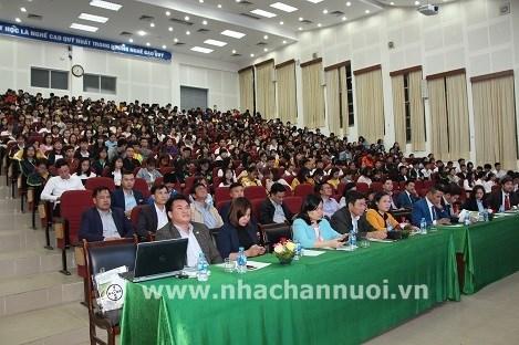 Đông đảo các đại biểu và sinh viên tham dự Lễ tổng kết
