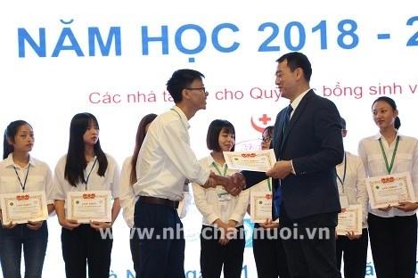 PGS TS Bùi Trần Anh Đào tặng giấy khen cho sinh viên nghèo vượt khó đạt thành tích cao trong học tập