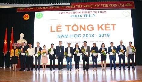 Lãnh đạo Khoa Thú y trao hoa cảm ơn và giấy chứng nhận cho các nhà tài trợ học bổng sinh viên