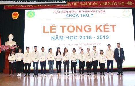 Các sinh viên vượt khó học tốt Khoa Thú y năm học 2018 – 2019