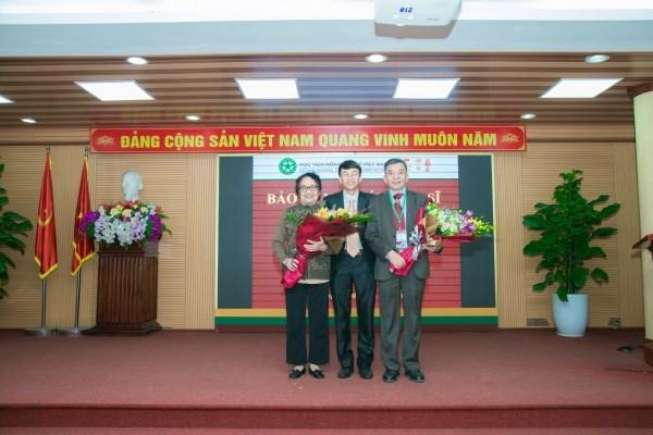 Nghiên cứu sinh Nguyễn Tài Toàn cùng hai giảng viên hướng dẫn GS.TS. Trần Tú Ngà (ngoài cùng bên trái) và GS.TS. Vũ Văn Liết (ngoài cùng bên phải)