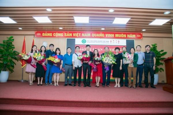 Người thân, gia đình đến dự và chúc mừng tân tiến sĩ Nguyễn Tài Toàn