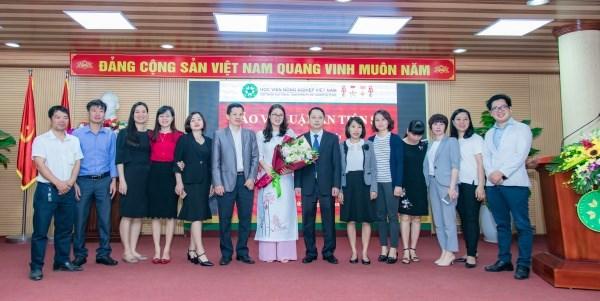Người thân, gia đình đến dự và chúc mừng tân tiến sĩ Lê Thị Phương Dung