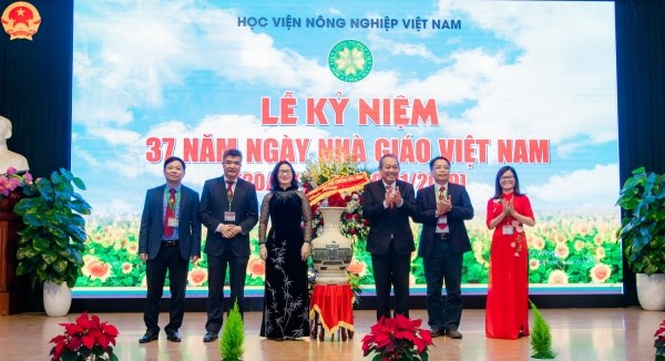 Deputy Prime Minister Truong Hoa Binh presents flowers to congratulate lecturers of Vietnam National University of Agriculture