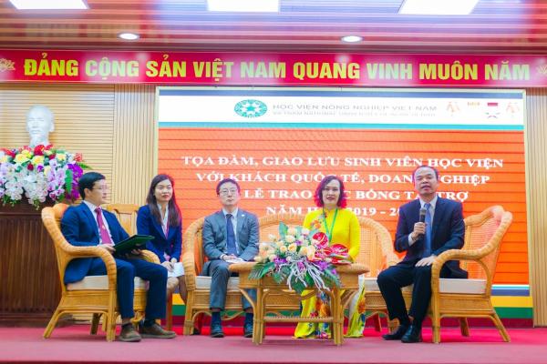 Các khách mời tại Tọa đàm (từ phải sang: Ông Nguyễn Văn Chiến, Bà Nguyễn Thị Bích Thủy, Ông Tadahiko Ishikawa)