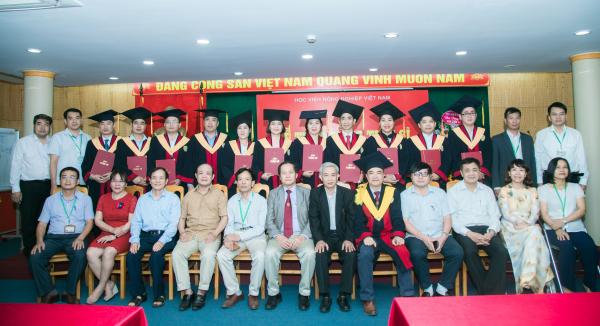 Các tân Tiến sĩ chụp ảnh lưu niệm cùng Phó Giám đốc Học viện, lãnh đạo các khoa và tập thể giáo viên hướng dẫn