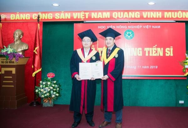 GS.TS. Phạm Văn Cường trao bằng Tiến sĩ tới các tân Tiến sĩ