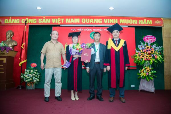 GS.TS. Phạm Văn Cường cùng thầy (cô) là giáo viên hướng dẫn, lãnh đạo các khoa tặng hoa chúc mừng các tân Tiến sĩ