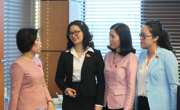 Đại biểu Quốc hội Nguyễn Thị Lan (áo đen) trao đổi về chính sách đối với các tổ chức thanh niên