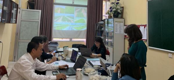 TS. Trần Thị Thiêm trình bày chuyên đề Ảnh hưởng của tỷ lệ đất/cát và độ mặn đến sinh trưởng cây ngón biển (Salicornia) trong điều kiện chậu vại