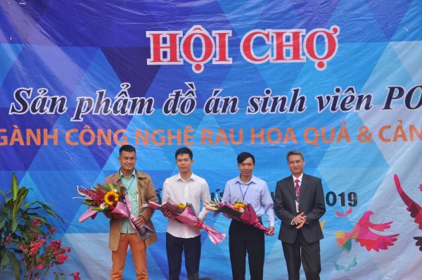 TS. Vũ Thanh Hải tặng hoa cho Đại diện các nhà tài trợ cho Hội chợ