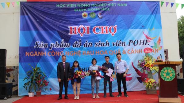 TS. Vũ Thanh Hải và Ths. Nguyễn Anh Đức trao giải thưởng cho các sinh viên Đồ án II chuyên ngành Thiết kế và tạo dựng cảnh quan