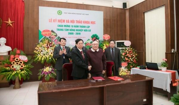 Ký kết hợp tác giữa Trung tâm Nông nghiệp hữu cơ và Viện Kinh tế Nông nghiệp hữu cơ