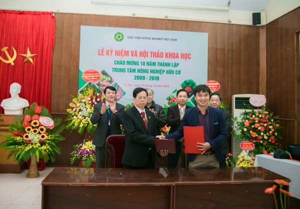 Ký kết hợp tác giữa Trung tâm Nông nghiệp hữu cơ và Công ty TNHH Phát triển Công nghệ Xanh