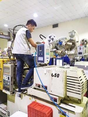 Sinh viên làm việc với máy móc tại công ty