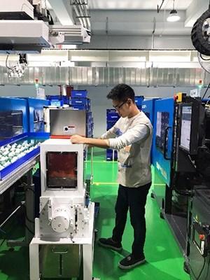 Sinh viên quan sát hoạt động máy móc tại công ty