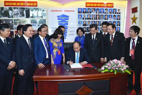 Thủ tướng viết lưu bút kỷ niệm 60 năm thành lập Học viện Nông nghiệp Việt Nam