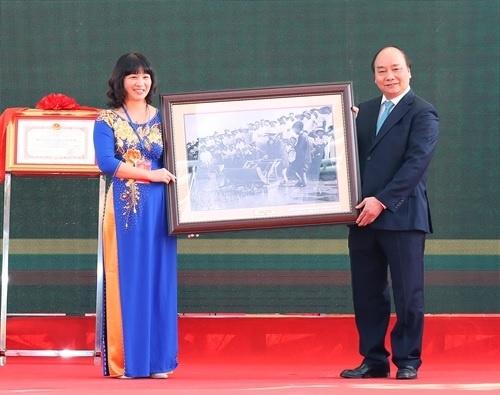 Thủ tướng Nguyễn Xuân Phúc tặng tranh cho Học viện Nông nghiệp Việt Nam. Ảnh: Thống Nhất/TTXVN