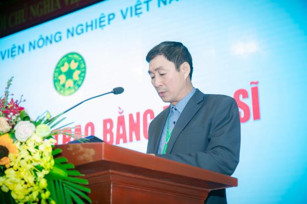 PGS.TS. Phan Xuân Hảo – Phó Trưởng ban Quản lý đào tạo công bố Quyết định của Giám đốc Học viện về việc công nhận tốt nghiệp và cấp bằng cho các tân thạc sĩ
