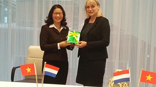 Giám đốc Nguyễn Thị Lan tặng quà lưu niệm cho Thứ trưởng Bộ Nông nghiệp, Thiên nhiên và Chất lượng thực phẩm Hà Lan