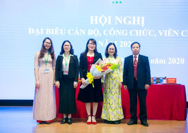 GS.TS. Nguyễn Thị Lan – Bí thư Đảng ủy, Giám đốc Học viện tặng hoa chúc mừng Ban Thanh tra Nhân dân nhiệm kỳ 2020 – 2022