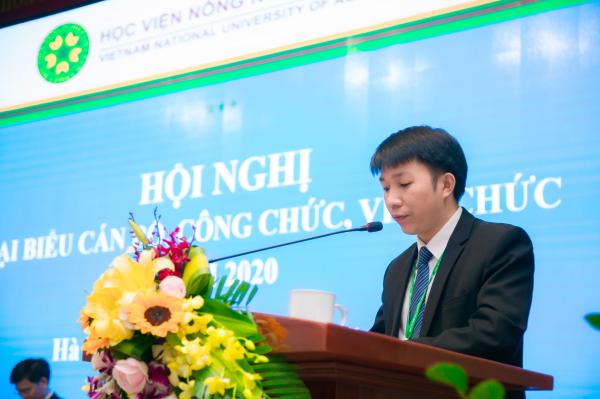 TS. Trương Đình Hoài - Đại diện Ban Thư ký thông qua dự thảo Nghị quyết Hội nghị