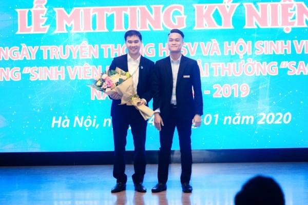TS. Phạm Quý Giang - Chủ tịch Hội Sinh viên Học viện nhận hoa chúc mừng từ Hội Sinh viên TP. Hà Nội