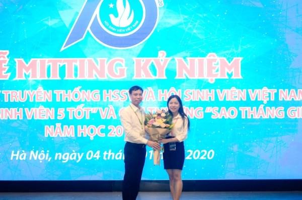 TS. Vũ Văn Tuấn - Phó Trưởng ban CTCT&CTSV tặng hóa chúc mừng Hội Sinh viên Học viện