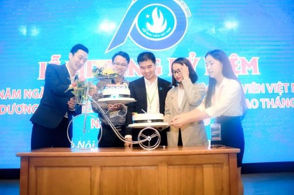 Cắt bánh sinh nhật mừng kỳ niệm 70 năm ngày truyền thống học sinh, sinh viên và Hội Sinh viên Việt Nam