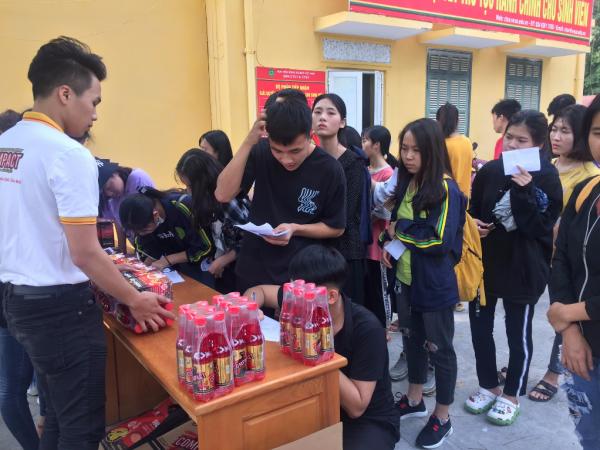 Sinh viên đến nhận quà tại ký túc xá A1 sinh viên