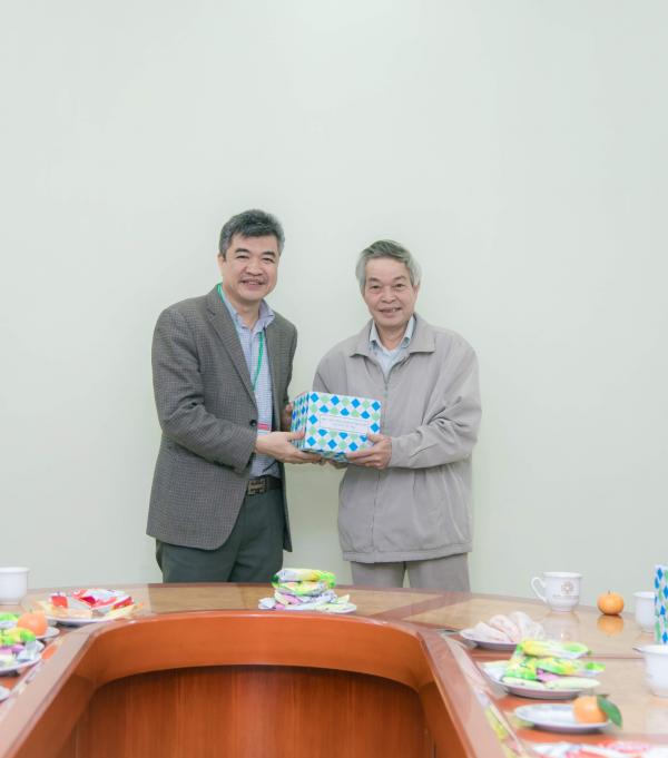 GS.TS. Phạm Văn Cường chúc Tết các viên chức nghỉ hưu
