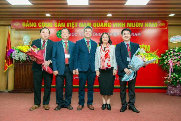 Đại diện Đảng ủy, Hội đồng Học viện chúc mừng hai tân Phó Giám đốc Học viện