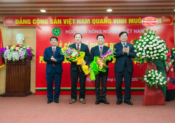 Đại diện Đảng ủy Khối các trường đại học, cao đẳng Hà Nội chúc mừng hai tân Phó Giám đốc Học viện