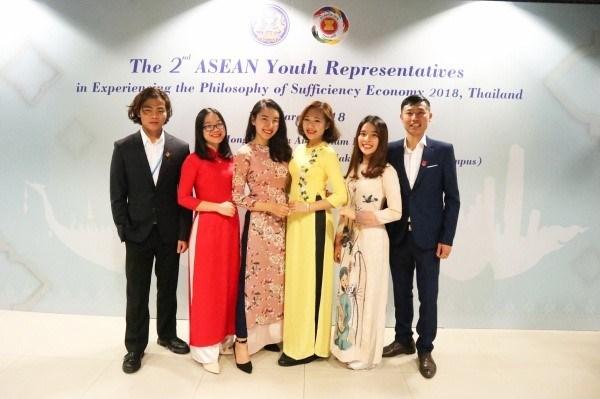 Sinh viên Tống Thị Hằng (mặc áo dài đỏ) – Khoa Nông học (Khóa 60) tham gia chương trình giao lưu sinh viên quốc tế tại Thái Lan