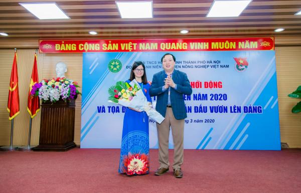 ThS. Đỗ Thị Kim Hương – Bí thư Đoàn Thanh niên Học viện nhận hoa chúc mừng từ lãnh đạo Học viện