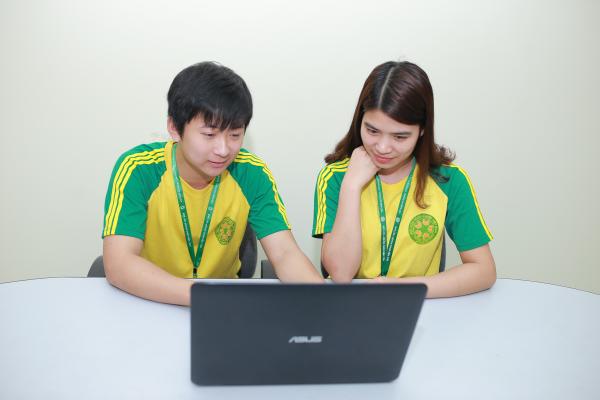 Sinh viên ngành Công nghệ thông tin thảo luận về thiết kế, lập trình web