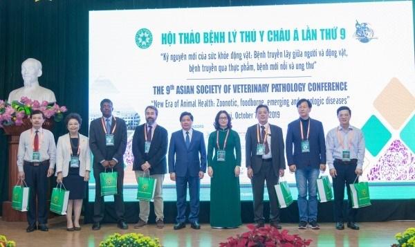 Thứ trưởng Lê Quốc Doanh, GS.TS. Nguyễn Thị Lan và các nhà khoa học trình bày báo cáo tại Hội thảo Bệnh lý Thú y châu Á lần thứ 9