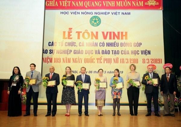 GS.TS. Nguyễn Thị Lan – Bí thư Đảng ủy, Giám đốc Học viện tặng biểu trưng/quà ghi nhận và vinh danh các đại sứ quán