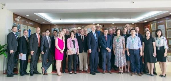 Ông John Pete Reickelt, Thống đốc bang Nebraska, Hoa Kỳ đến thăm Học viện Nông nghiệp Việt Nam