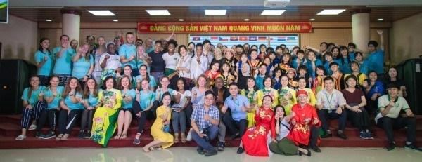 Sinh viên quốc tế cùng Ban tổ chức chụp hình lưu niệm
