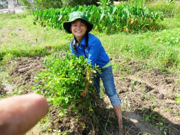 Minh tham gia tình nguyện ở địa phương giúp đỡ bà con vùng cao