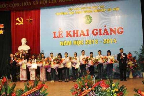 """Minh (thứ 3 từ trái sang) là 1 trong 12 sinh viên nhận bằng khen"""" Sinh viên Xuất sắc năm 2013- 2014"""" của Học viện"""