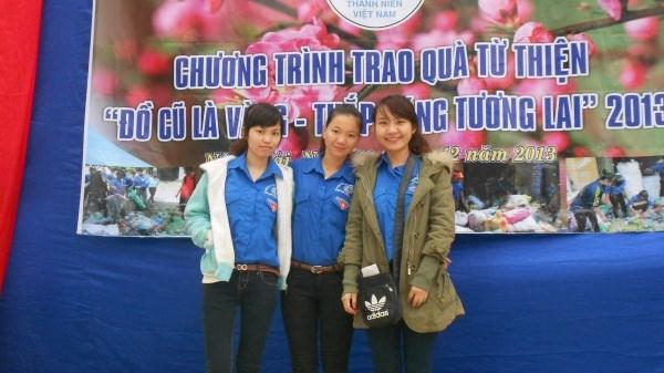 """Trần Thu Trang (ngoài cùng bên phải) là người viết đề án và sáng lập ra chương trình thiện nguyện """"Đồ cũ là vàng"""""""
