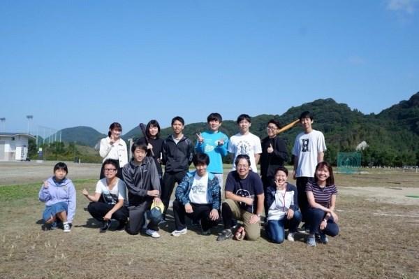 Thu Trang (ngoài cùng bên phải, hàng dưới) và các bạn sinh viên Nhật Bản trong một buổi dã ngoại