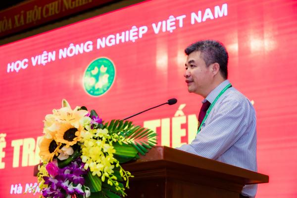 GS.TS. Phạm Văn Cường đến dự và phát biểu chúc mừng các tân Tiến sĩ