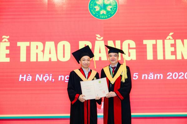GS.TS. Phạm Văn Cường trao tặng tấm bằng Tiến sĩ do Học viện Nông nghiệp Việt Nam tới các tân Tiến sĩ