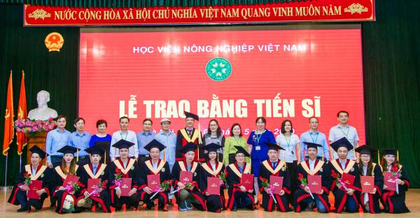 Các tân Tiến sĩ chụp ảnh lưu niệm cùng Phó Giám đốc Học viện và các thầy (cô) giáo