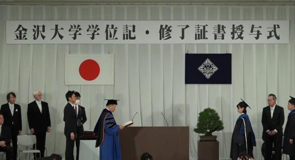 Cô Nguyễn Thị Minh Hạnh – Giảng viên Bộ môn Pháp luật (đứng thứ ba từ phải qua trái) nhận bằng tiến sỹ của Trường Đại học Kanazawa, Nhật Bản