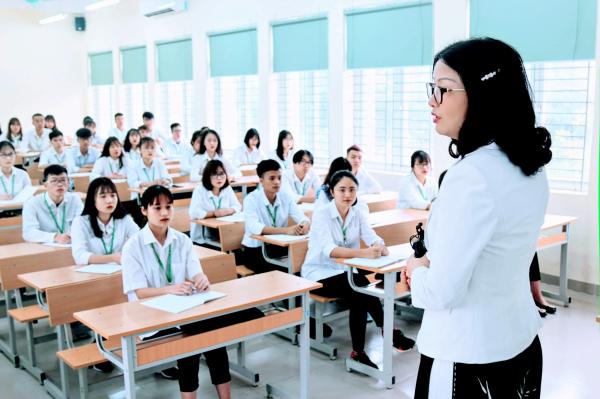 GS.TS. Nguyễn Thị Lan – Bí thư Đảng ủy, Giám đốc Học viện say sưa giảng bài trên lớp