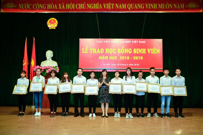 Đại diện Ngân hàng Vietinbank trao học bổng cho sinh viên Học viện